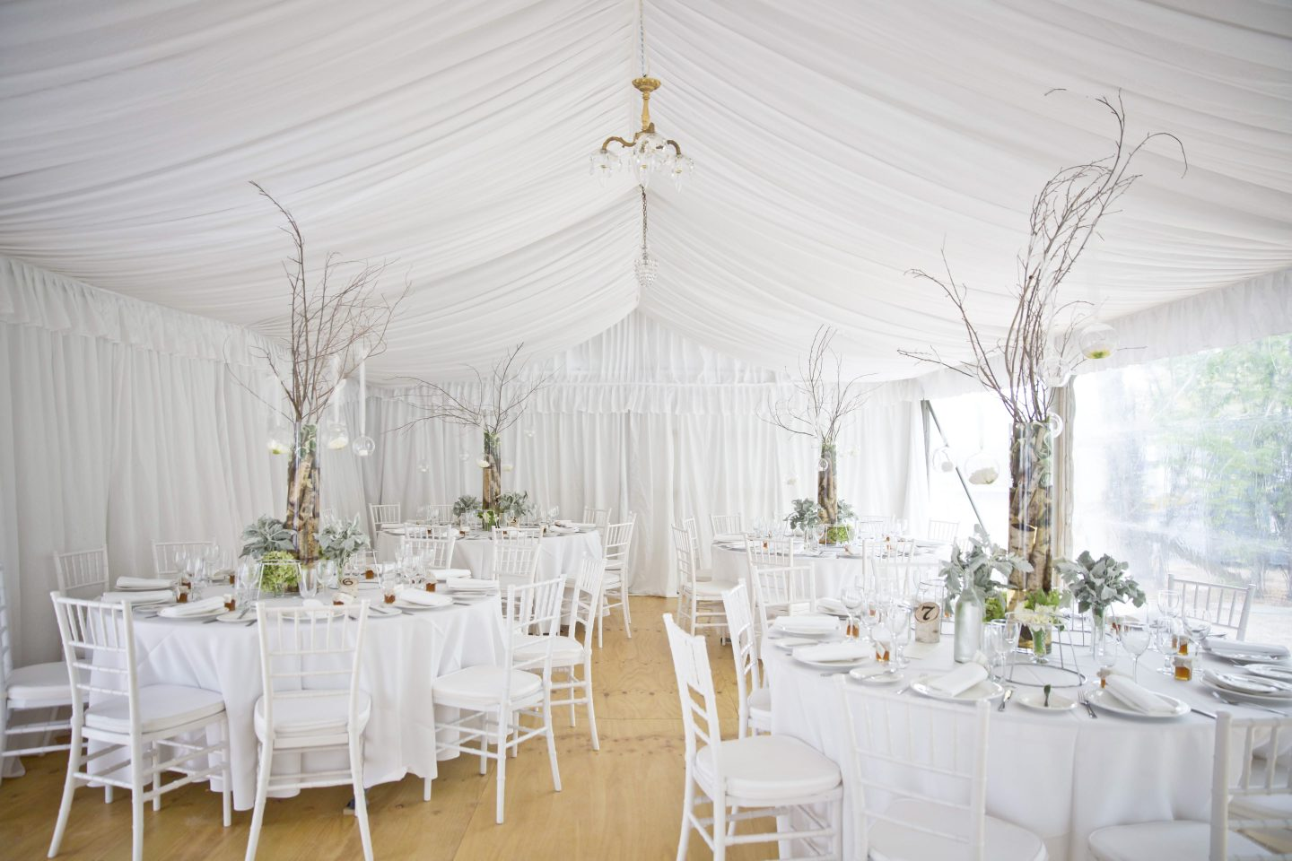weddings-with-white-draping-and-wall-lining-round-tables-and-chiavari-chairs