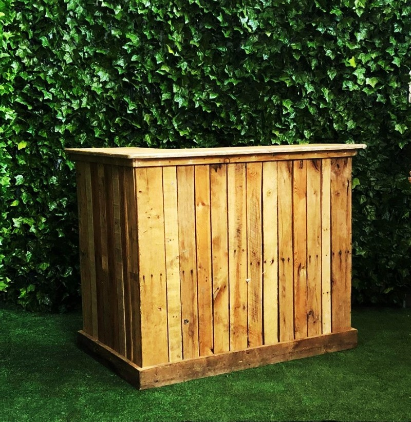wooden-pallet-L-shaped-bar-for-serving-drinks-at-your-event